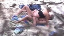 Espiando a una pareja que coje en la playa